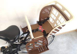 附兒童座位的電動自行車